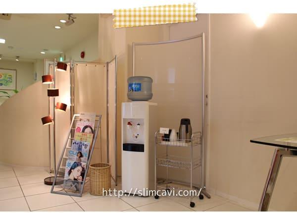 待合室のウォーターサーバーと麦茶の画像